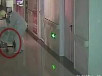 Caz socant in China. Un nou nascut a murit dupa ce a fost tarat pe jos, legat de cordonul ombilical, pe holul unui spital