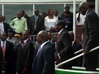 Presedintele din Zimbabwe a cazut in timpul unei vizite oficiale. Imaginile pe care Mugabe a incercat sa le interzica. VIDEO