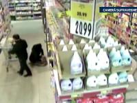 Tanar din Radauti, filmat in timp ce fura cosmetice dintr-un supermarket. Barbatul a luat la bataie un agent de paza