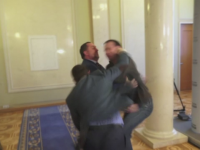 Parlamentul Ucrainei s-a transformat in arena de box. Doi deputati s-au batut din cauza unei legi controversate