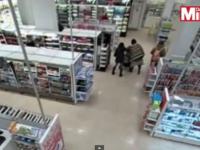 Scene de groaza intr-un supermarket din Londra. Camerele au surprins momentul cand o femeie strange de gat un copil