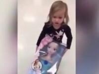 Fenomenul Frozen. O fetita a fost filmata de tatal ei in timp ce incerca sa fure o papusa uriasa dintr-un magazin. VIDEO