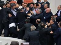 Bataie generala in Parlamentul Turciei. Cinci politicieni au fost raniti dupa ce s-a aruncat cu scaune si pahare. VIDEO