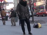 Un tanar tremura de frig pe asfalt, acoperit cu haine rupte si un sac de gunoi. Cum reactioneaza trecatorii la suferinta lui