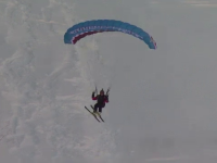 Spectacol pe partiile de la Sinaia. Iubitorii de sporturi extreme si-au aratat maiestria pe schiuri si la zborul cu parapanta