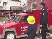 Vedeta detasamentului de pompieri din Onesti - Bucsa, un trabant transformat in autospeciala preferata a copiilor