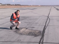 Nici avioanele nu scapa de gropi in Romania. Cum arata pista 2 de pe Otopeni, reparata in 2007 pe 3,5 milioane de euro