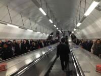 """Imagini """"dureroase"""": Ce a patit un barbat dupa ce a incercat sa ajunga inaintea tuturor la metrou, pe balustrada. VIDEO"""