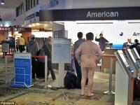 Incident pe un aeroport din SUA. Un barbat dezbracat s-a asezat la coada la check-in, sub privirile confuze ale calatorilor