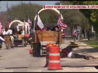 Momentul in care o femeie din Texas este trantita de pe cal si ramane prinsa sub animal. Cum s-a petrecut incidentul
