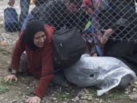 Violente la granita dintre Grecia si Macedonia. Politia a aruncat cu gaze lacrimogene intr-un grup de 300 de imigranti
