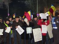 A opta zi de proteste la Cotroceni. O mie de persoane s-au adunat din nou si cer demisia presedintelui Iohannis