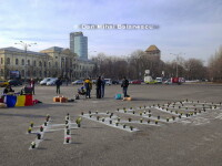 Cativa manifestanti au adus vineri ghivece de flori in Piata Victoriei. Cuvantul format in fata Guvernului