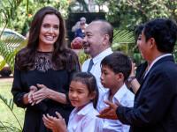 Angelina Jolie a mancat greieri si tarantule cu copiii ei, in Cambodgia. \