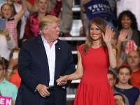 Reactia Melaniei Trump atunci cand sotul ei o atinge pe brat, in timpul unui discurs. Momentul, ironizat pe Twitter