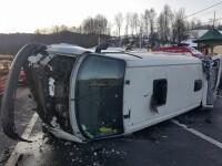 Un microbuz plin cu pasageri s-a răsturnat pe DN 66. În maşină erau şi copii