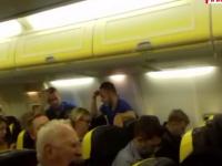Panică la bordul unui avion Ryanair București-Dublin. Pilotul s-a întors din drum după un zgomot puternic