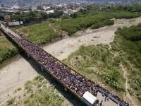 Mii de venezueleni la granița cu Columbia, în căutare de alimente și locuri de muncă. FOTO