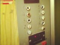 Oraşul unde lifturile nu pornesc decât dacă bagi fise. Cât costă o cursă