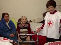 """Bătrâni din Iași, rămași singuri, ajutați de Crucea Roșie. """"Le ducem alimente și haine groase"""""""