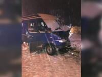 Un şofer de microbuz a derapat pe polei şi a intrat într-un autobuz, în Dâmboviţa.