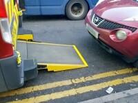 Ambulanță chemată de urgență să preia un pacient, blocată de un șofer care a parcat în spatele ei
