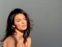 Kendall Jenner, complet dezbrăcată într-o revistă de modă. FOTO