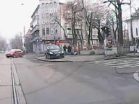 Accident FILMAT cu camera de bord. Un șofer trece pe roșu într-o intersecție din Capitală
