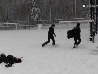 O gașcă de copii a pus la pământ o echipă de polițiști din Seattle, într-o bătaie cu bulgări