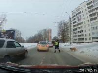 Momentul în care un polițist oprește traficul pentru ca un câine șchiop să treacă strada