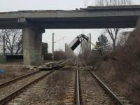 Pod rutier căzut pe linia de cale ferată, în Prahova. Mai multe trenuri au fost blocate