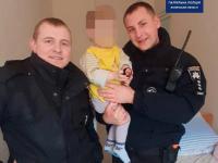 Copil de aproape 2 ani lăsat 5 ore în stradă cu un biberon cu vodcă. Ce făceau părinții lui