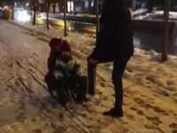 Ce a surprins o femeie care filma doi copii pe sanie, în București