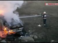 O mașină neînmatriculată a fost cuprinsă de flăcări violente, după ce ar fi căzut de pe un dig din Bârlad