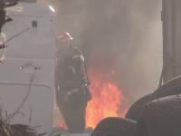 Incendiu de proporţii lângă Ploieşti. Sute de baterii de maşină au explodat