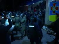 Violențe în Ucraina de teama coronavirusului. Oamenii au blocat un drum și au aruncat cu pietre