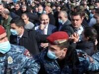 Tensiuni la cote maxime în Armenia. Premierul cheamă civilii în stradă, după ce armata i-a cerut demisia