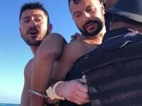 Un cuplu gay a ajuns în cătuşe pentru că s-au sărutat pe o plajă din Mexic. Cum au reușit să scape