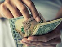 O femeie din SUA a cheltuit ajutoarele de stat pentru Covid pe haine de lux și diamante