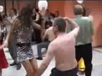 Profesori universitari, filmati dansand pe jumatate goi, la un bal!