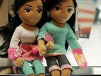Papusile care semanau cu surorile Obama au primit nume noi
