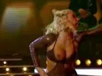 A ramas cu sanii pe-afara in timpul dansului, in direct la TV! Vezi video!