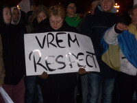 """Zeci de oameni au protestat in ploaie la Deva cu steaguri si pancarte """"Jos Basescu"""""""