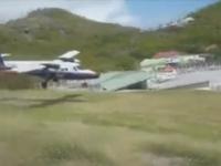 Motociclisti evitati in ultima clipa de un avion, pe o insula din Caraibe