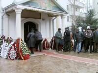 Adrian Iovan a fost inmormantat in prezenta a 1000 de oameni. Un elicopter a aruncat valuri de flori peste mormant
