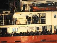O noua nava fara echipaj si cu 450 de imigranti la bord a fost in pericol. Autoritatile italiene au reusit sa-i salveze