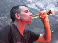 Curajul nebun al unui expert in vulcani. A prajit bezele la 1.000 de grade Celsius si a baut bere pe marginea unui crater