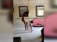 Imaginile care au declansat scandal pe internet. O mama danseaza la bara impreuna cu fiica ei de 2 ani. VIDEO