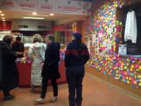 O pizzerie si-a decorat peretii cu post-it-uri, iar clientii sunt impresionati. Motivul emotionant din spatele gestului