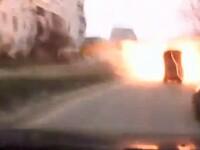 Un sofer ucrainean filmeaza momentul in care o racheta cade la cativa metri de masina lui, in Mariupol. VIDEO